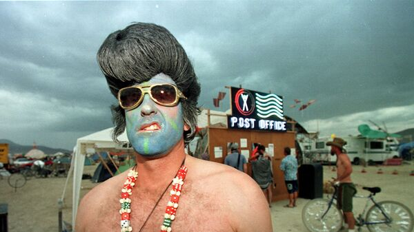 Марк из Лас-Вегаса, одетый как Элвис Пресли, на фестивале Burning Man в пустыне Блэк-Рок на севере Невады  - Sputnik Latvija