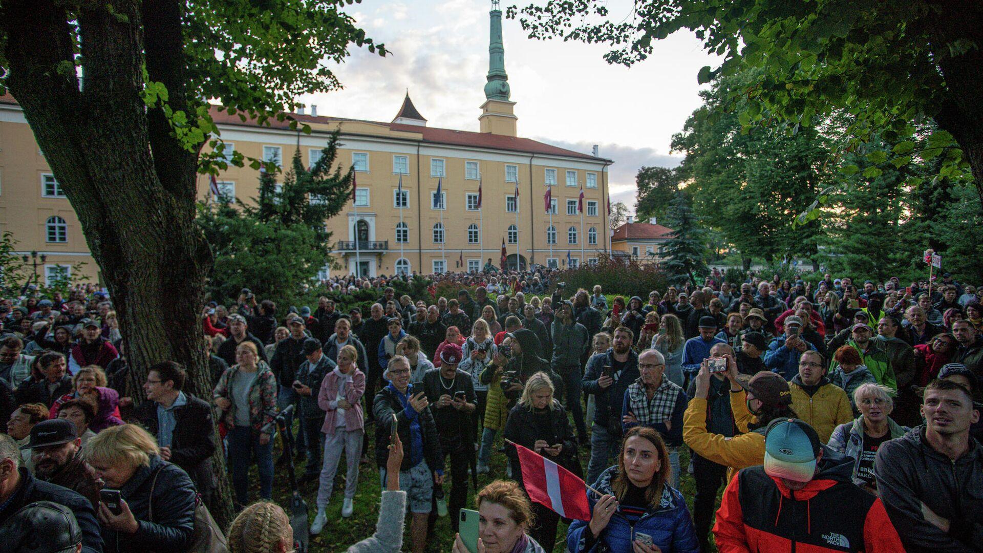 Люди собрались у Рижского замка протестовать против обязательной вакцинации - Sputnik Латвия, 1920, 01.09.2021
