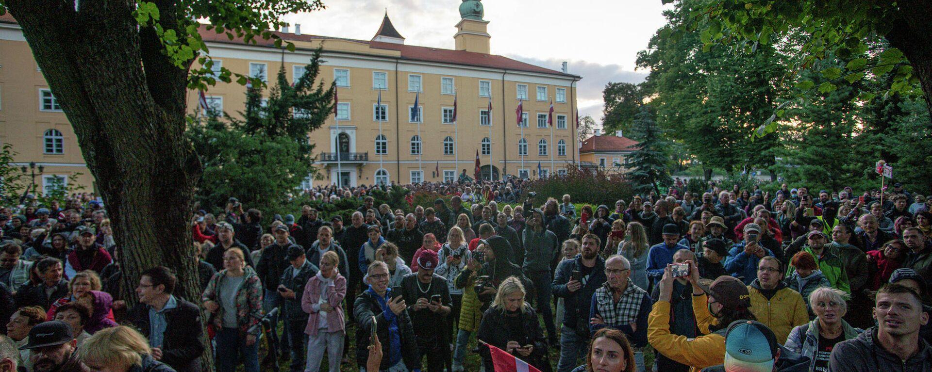 Люди собрались у Рижского замка протестовать против обязательной вакцинации - Sputnik Латвия, 1920, 18.09.2021