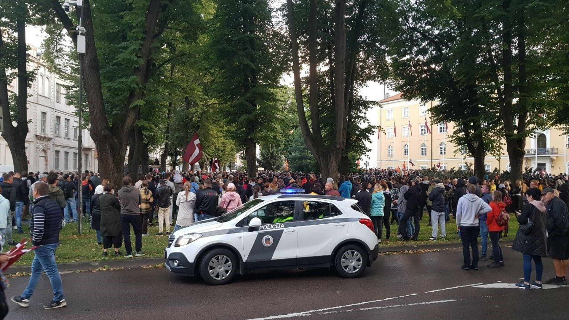 В Риге люди стекаются к Рижскому замку на акцию протеста против обязательной вакцинации - Sputnik Латвия, 1920, 18.08.2021