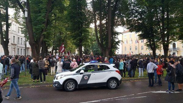 В Риге люди стекаются к Рижскому замку на акцию протеста против обязательной вакцинации - Sputnik Латвия