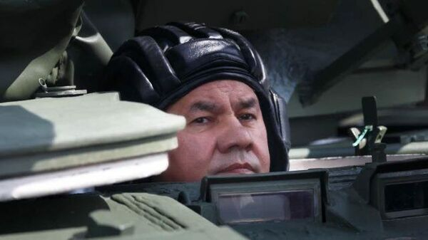 Шойгу проехал на танке в Алабино  - Sputnik Latvija