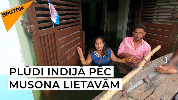 Plūdi Indijā: iedzīvotāji spiesti pārvietoties peldus - Sputnik Latvija