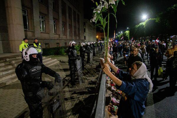 Полиция контролирует забор, установленный у правительственного здания - Sputnik Латвия