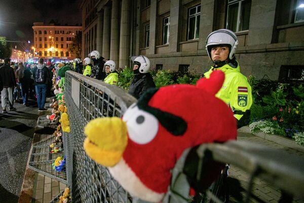Полицейские не пытались задерживать митингующих, число которых во много раз превысило разрешенное - Sputnik Латвия