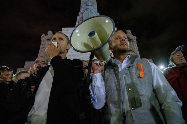 Оппозиционный политик Алдис Гобземс выступил перед протестующими, приехав на акцию на автобусе с открывающимся верхом - Sputnik Латвия