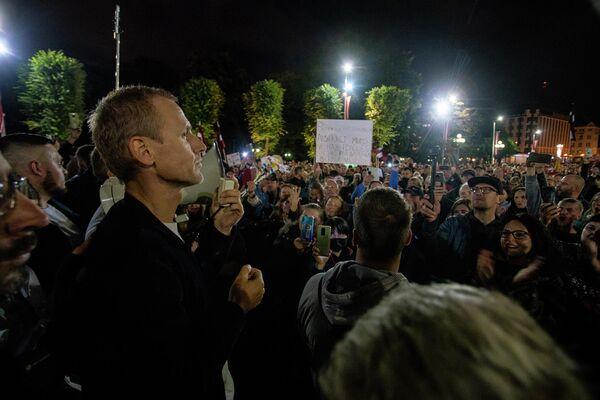 Митингующие собрались вокруг депутата Алдиса Гобземса - Sputnik Латвия