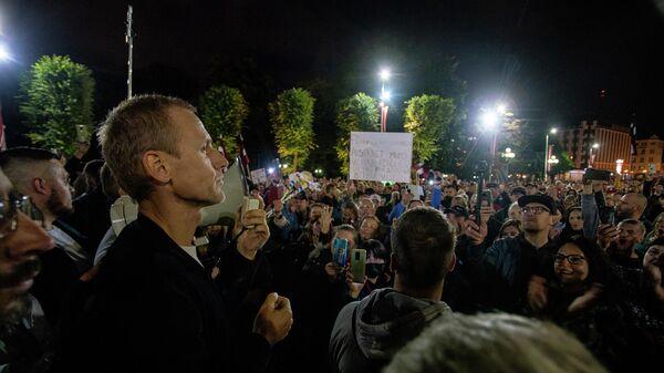 Алдис Гобземс(слева) обращается к участникам акции протеста против обязательной вакцинации в Риге, 18 августа - Sputnik Латвия