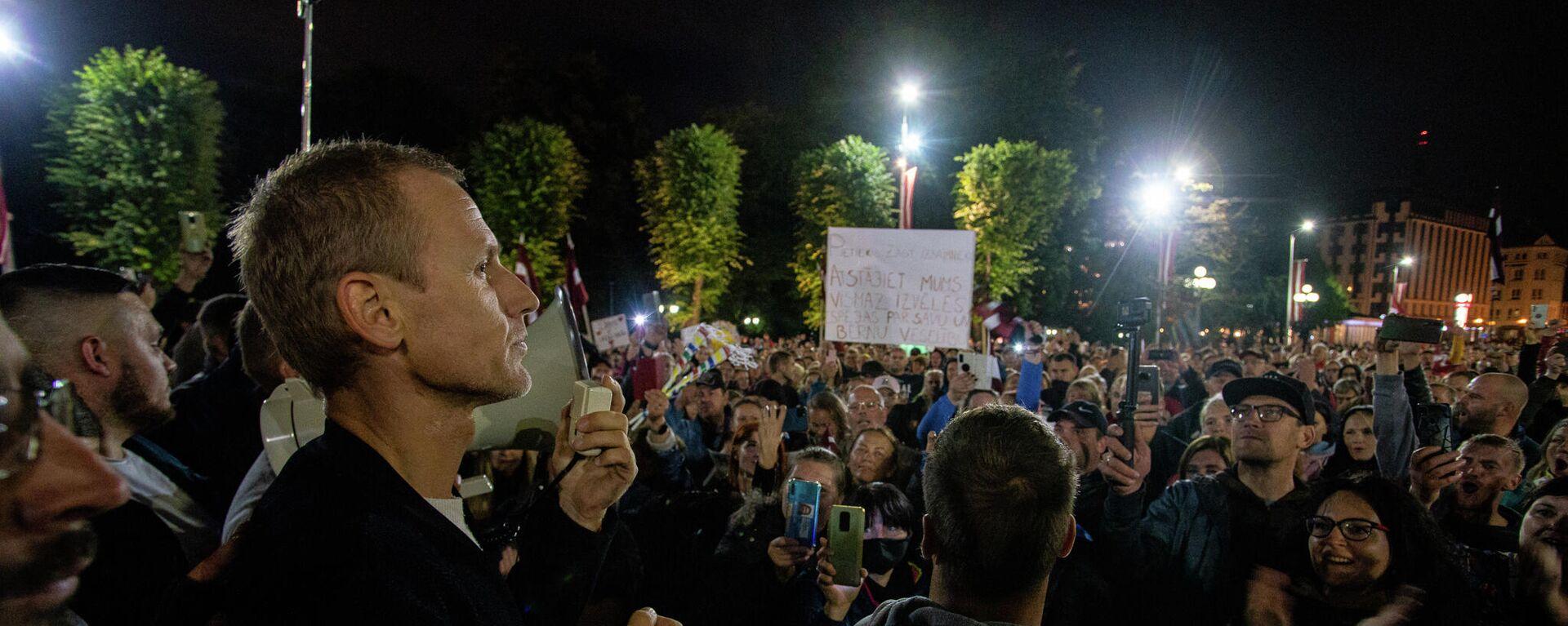 Алдис Гобземс(слева) обращается к участникам акции протеста против обязательной вакцинации в Риге, 18 августа - Sputnik Латвия, 1920, 19.08.2021