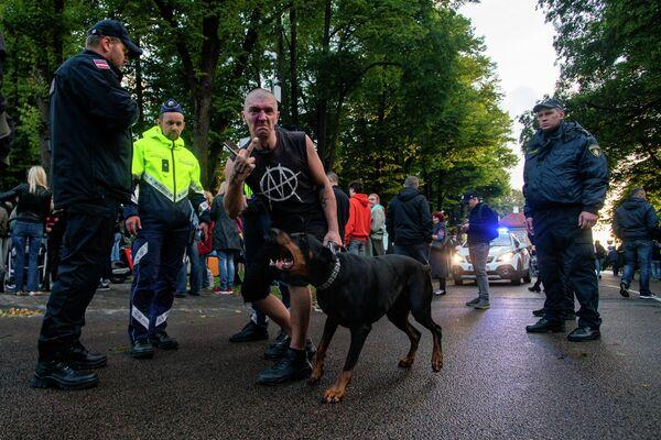 Протестующие на акции протеста в Риге - Sputnik Латвия