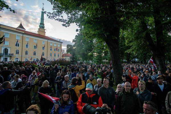 Митингующие заполнили улицу возле Рижского замка - Sputnik Латвия