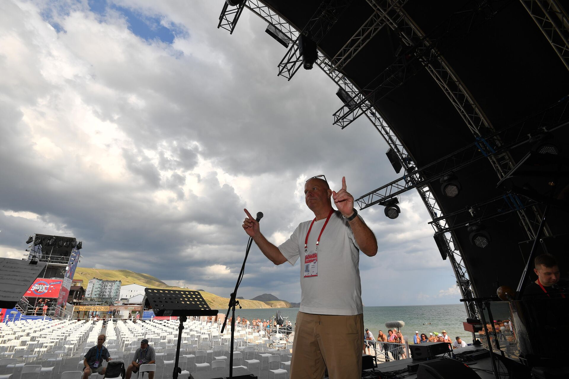 Лидер группы Несчастный случай Алексей Кортнев во время проверки звука на открытии фестиваля Koktebel Jazz Party - 2021 в Крыму - Sputnik Латвия, 1920, 20.08.2021