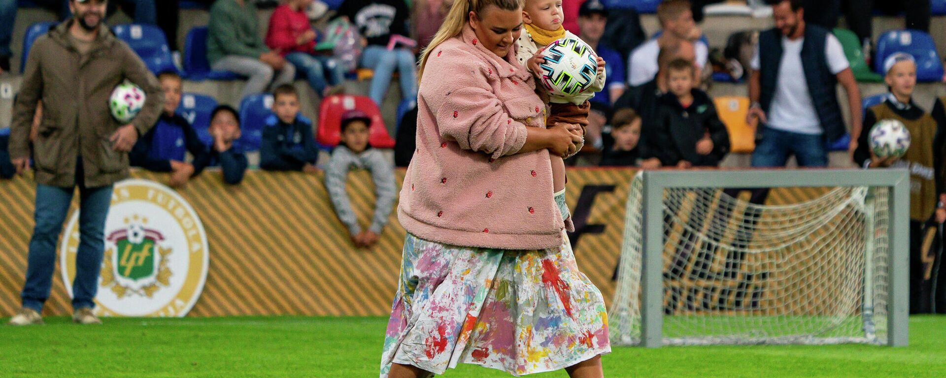 В перерыве, в конкурсе для болельщиков участвует мама с ребенком - Sputnik Латвия, 1920, 24.08.2021