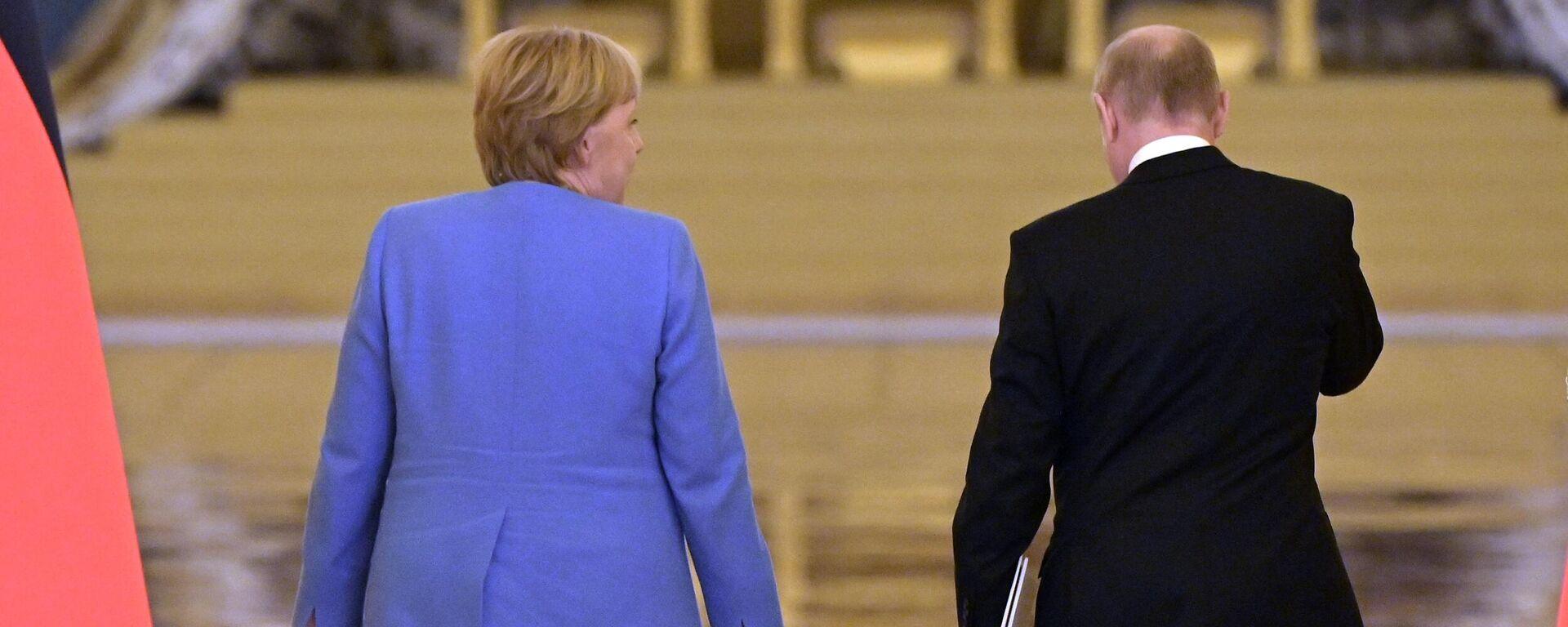 Федеральный канцлер Германии Ангела Меркель и президент РФ Владимир Путин после совместной пресс-конференции по итогам встречи в Москве - Sputnik Латвия, 1920, 23.08.2021