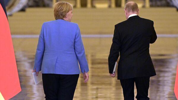 Федеральный канцлер Германии Ангела Меркель и президент РФ Владимир Путин после совместной пресс-конференции по итогам встречи в Москве - Sputnik Латвия