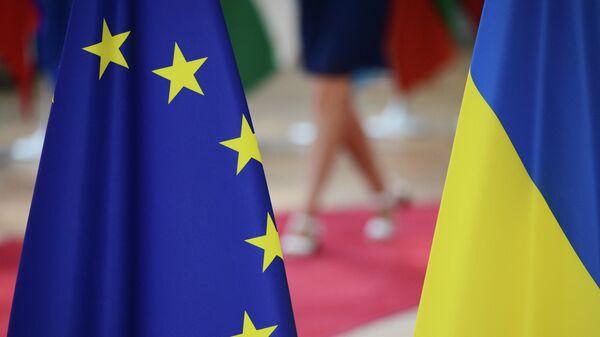 Флаги Европейского союза и Украины - Sputnik Латвия