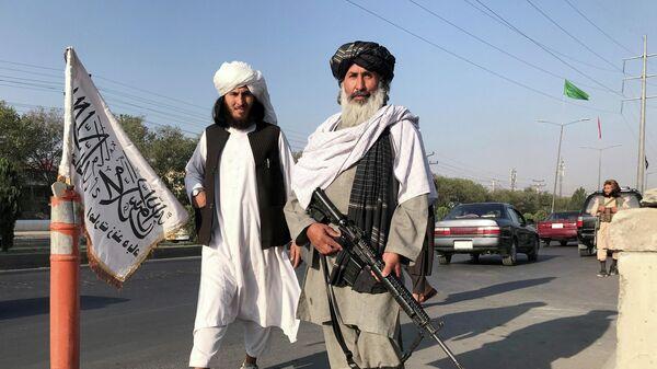 Боевики запрещенного в РФ движения Талибан у здания Министерства внутренних дел в Кабуле - Sputnik Latvija