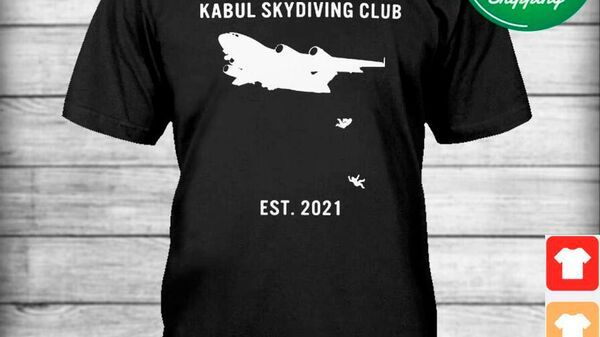 Футболка с изображением падающих из самолета людей и надписью:Кабульский клуб скайдайвинга - Sputnik Latvija