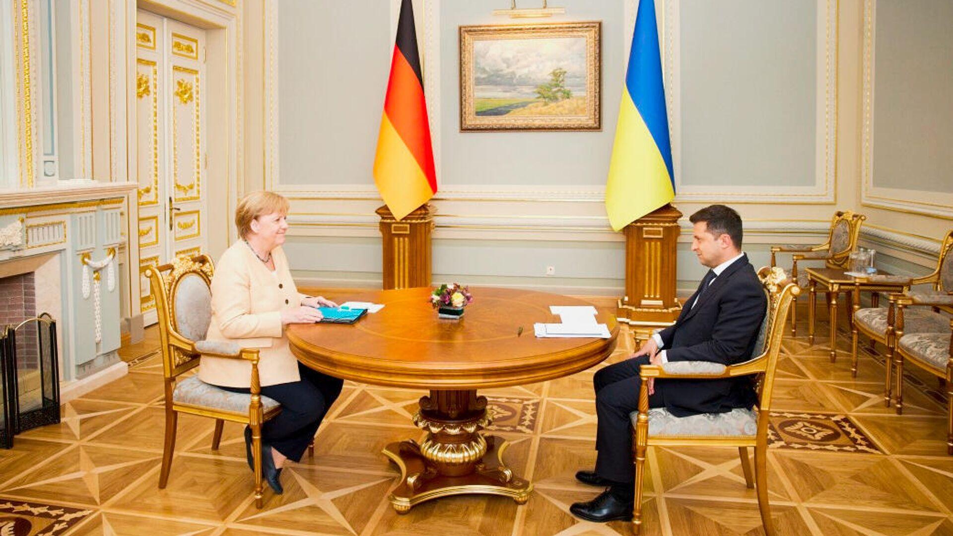 Президент Украины Владимир Зеленский и канцлер Германии Ангела Меркель во время встречи в Киеве - Sputnik Latvija, 1920, 25.08.2021