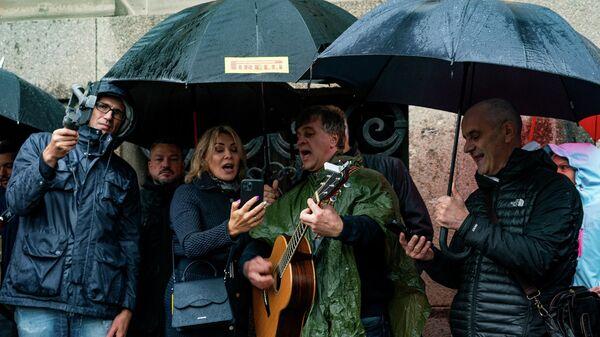 Рижане собрались на Домской площади в Риге петь песни, после призыва латвийского политика и бизнесмена Айнарса Шлесерса - Sputnik Латвия