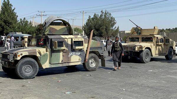 Силы талибов блокировали дорогу в аэропорт Кабула, Афганистан - Sputnik Латвия