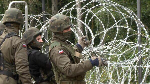 Солдаты строят колючий забор на границе с Беларуси и Польши  - Sputnik Latvija