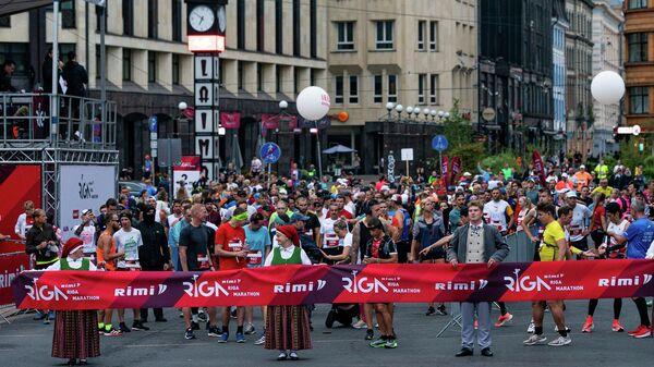 Участники Рижского марафона готовятся к старту - Sputnik Латвия