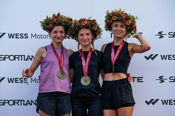 Победители Рижского марафона среди женщин.  Агне Матайтите - 2 место, Аманда Круминя - 1 место и Ласма Цауне - 3 место - Sputnik Латвия