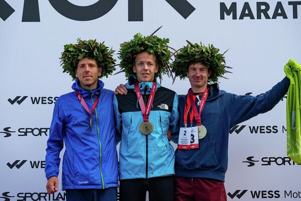 Победители Рижского марафона среди мужчин. Мариус Игнотс - 2 место, Кристапс Берзиньш - 1 место и Улдис Клявиньш - 3 место - Sputnik Латвия