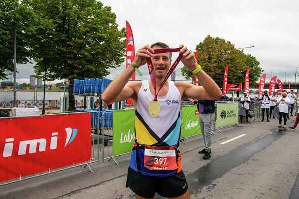 Спортсмен из Литвы с медалью Рижского марафона - Sputnik Латвия