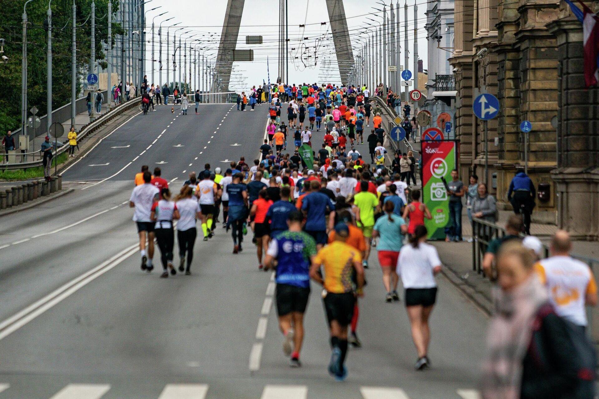 Участники Рижского марафона пересекают Вантовый мост - Sputnik Латвия, 1920, 29.08.2021