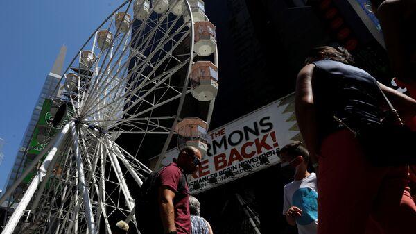 Люди в очереди на колесо обозрения на Таймс-сквер в Нью-Йорке - Sputnik Latvija