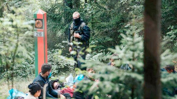 Нелегальные мигранты на латвийско-белорусской границе - Sputnik Латвия