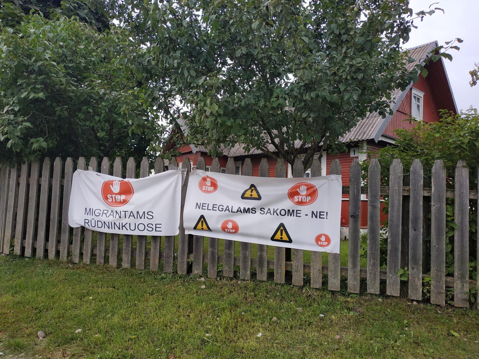 Плакаты на заборе в деревне Руднинкай в Шальчининкайском районе Литвы - Sputnik Латвия, 1920, 30.08.2021