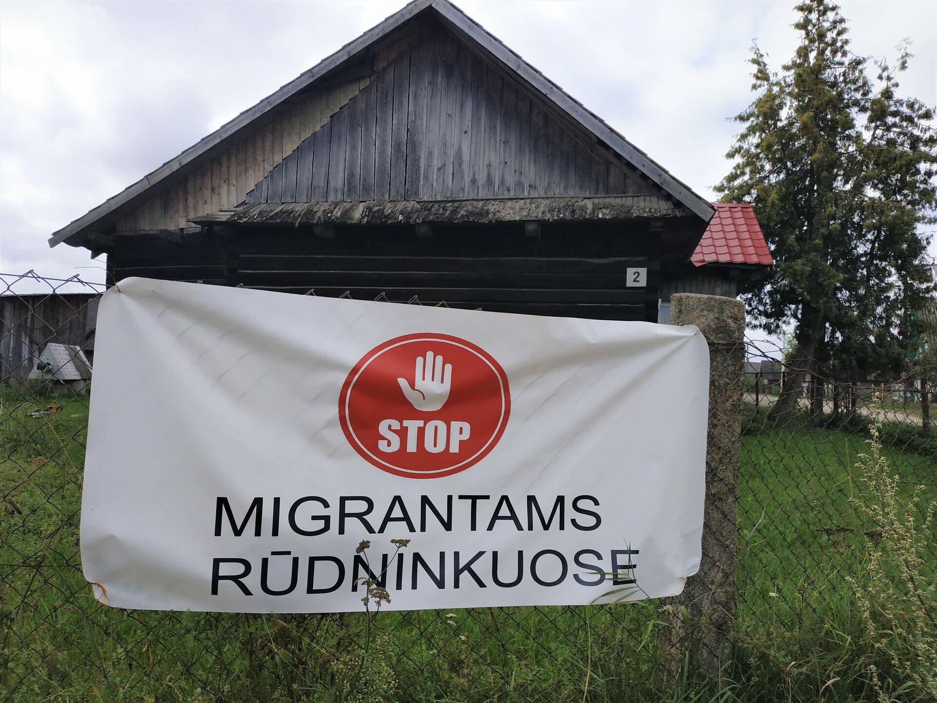Плакат на заборе в деревне Руднинкай в Шальчининкайском районе Литвы - Sputnik Латвия, 1920, 30.08.2021