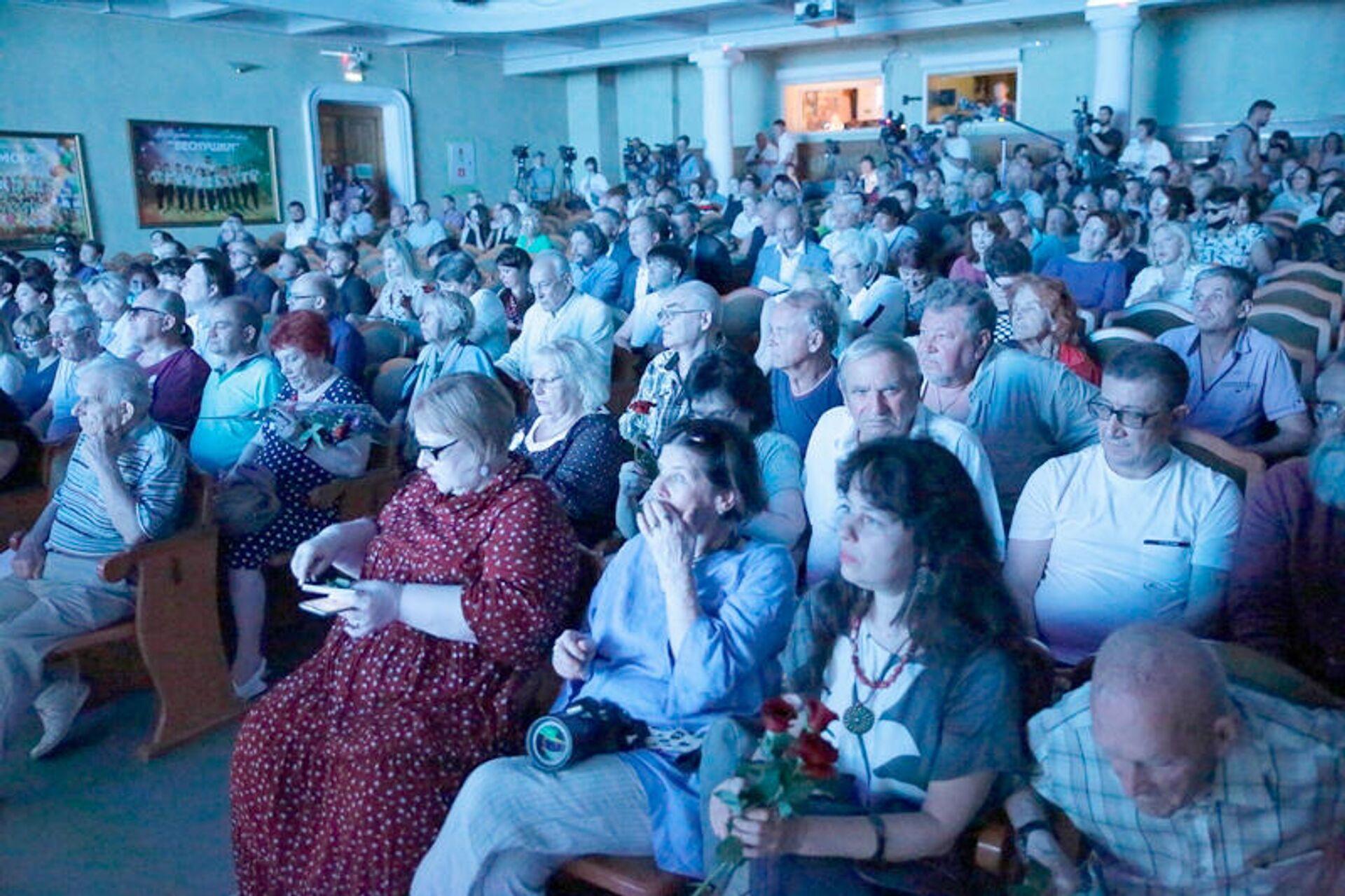 Зрители во время просмотра конкурсной программы XVI фестиваля Победили вместе, 28 августа 2020 года - Sputnik Латвия, 1920, 30.08.2021