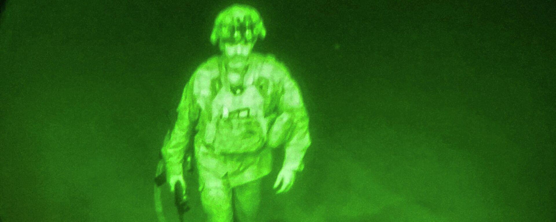 Генерал-майор Крис Донахью поднимается на борт самолета ВВС США, чтобы покинуть Афганистан - Sputnik Латвия, 1920, 31.08.2021