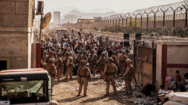 Морские пехотинцы США во время эвакуации в аэропорту Хамида Карзая в Кабуле - Sputnik Латвия