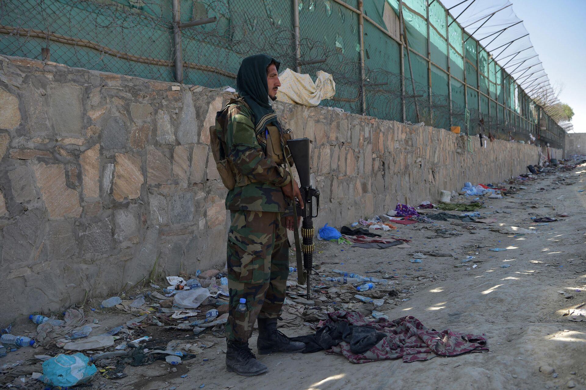 Боевик Талибана* на месте взрыва возле аэропорта Кабула - Sputnik Latvija, 1920, 01.09.2021