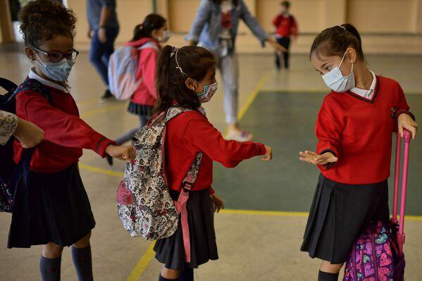 Школьники в медицинских масках ожидают перед входом в школу Луиса Амиго в Памплоне на севере Испании. - Sputnik Латвия