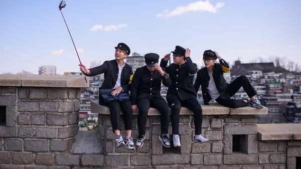 Корейская молодежь делает групповое селфи в школьной форме, Сеул, Южная Корея - Sputnik Latvija