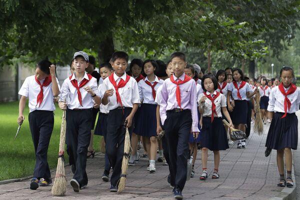 Школьники из Пхеньяна (Северная Корея) берут с собой веники, когда отправляются в общественные места. Веники нужны им, чтобы поддерживать чистоту. - Sputnik Латвия