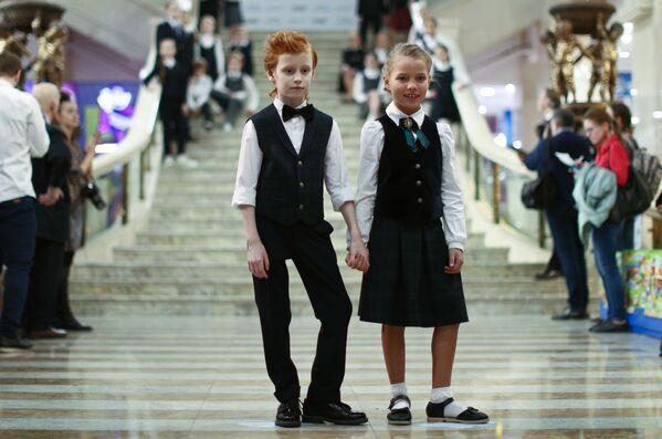 Дети демонстрируют образцы школьной формы на открытии выставки производителей школьной формы в Москве. - Sputnik Латвия