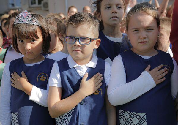Румынские школьники слушают гимн своей страны. - Sputnik Латвия