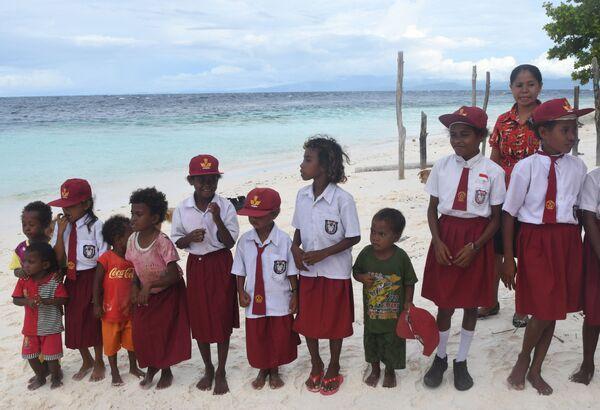 Школьники одного из индонезийских коренных племен. - Sputnik Латвия