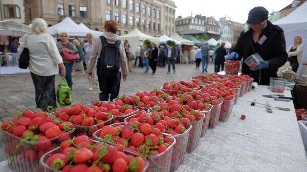 Зеленый рынок на Домской площади в Риге - Sputnik Латвия