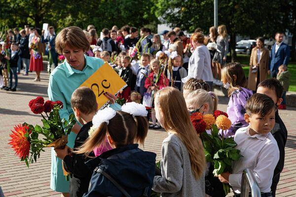 Учительница дает наставления своим ученикам - Sputnik Латвия