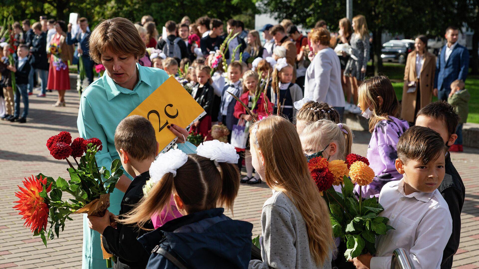 Учительница дает наставления своим ученикам  - Sputnik Латвия, 1920, 21.09.2021