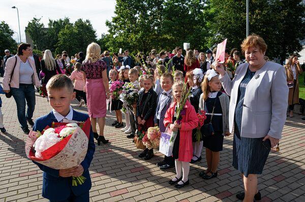 Учащиеся младших классов на торжественной линейке 1 сентября - Sputnik Латвия