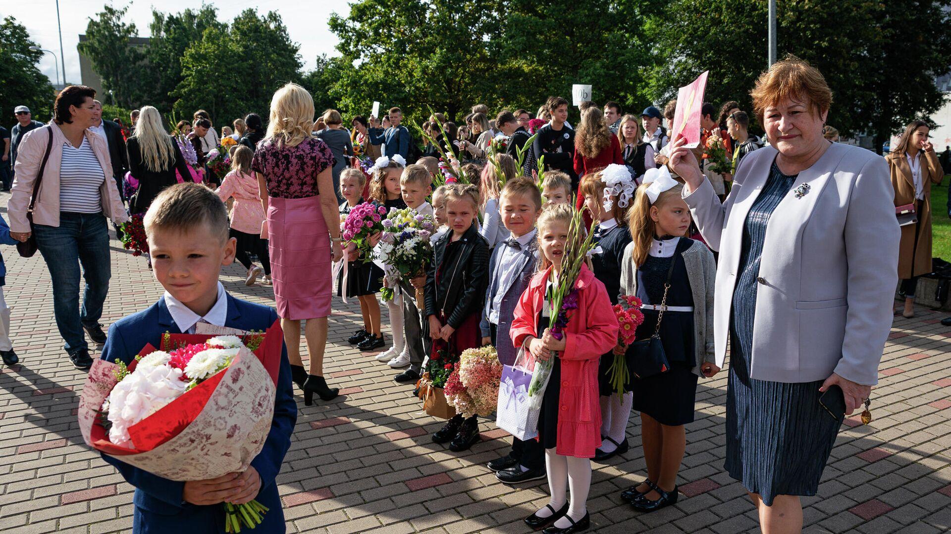 Учащиеся младших классов 1 сентября  - Sputnik Латвия, 1920, 20.09.2021